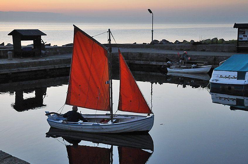 Unter roten Segeln - Heimkehr in den Hafen von Teglkås, Bornholm