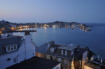 Blick über das abendliche St. Ives ...